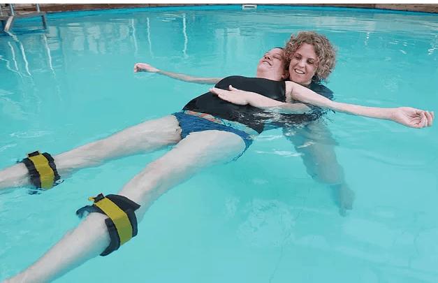 יעל אונגר ארנוב מעבירה שיעור בטיפול רגשי במים