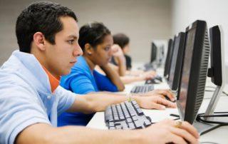 תלמיד מול מחשב