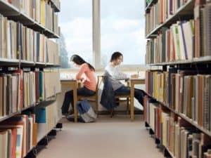 לומדים בספרייה