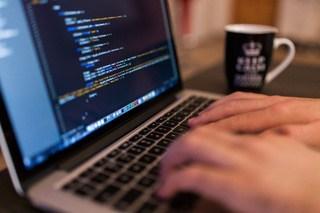 בודק תוכנה בזמן עבודתו