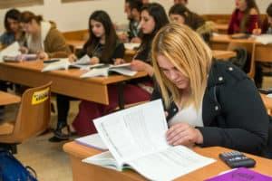 סטודנטים לומדים בקורס הנהלת חשבונות בתל חי