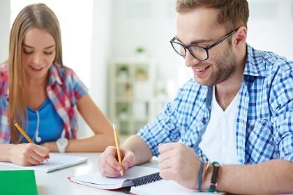 סטודנטים לומדים יחד למבחן